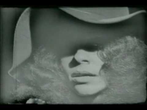 """GAL COSTA - SUA ESTUPIDEZ - Gal Costa e Som Imaginário - Programa Ensaio 1970 - Precedida por um depoimento de Tom Zé, uma explosiva declaração de amor, Gal Costa interpreta """"Sua Estupidez"""" (Roberto Carlos - Erasmo Carlos), canção que entraria no show """"Gal a Todo Vapor"""", e além de fazer parte do álbum ao vivo, seria, em primeira mão, gravada em estúdio, num compacto duplo de 1971. Enxertos desta parte do programa seriam usados no """"Ensaio"""" de 1994. Aqui o original!"""