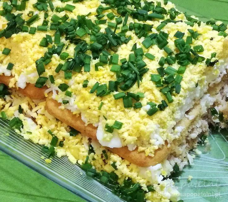 Bardzo prosta ale niezwykle smaczna i efektowna sałatka warstwowa z tuńczykiem na krakersach. Jajka, żółty ser, majonez i sos tatarski, a wszystko przyozdobione posiekanym szczypiorkiem, tworzy z rybą i krakersami niesamowicie wiosenną kompozycję. Świetnie nadaje się ta sałatka jako dodatek na przyjęcie