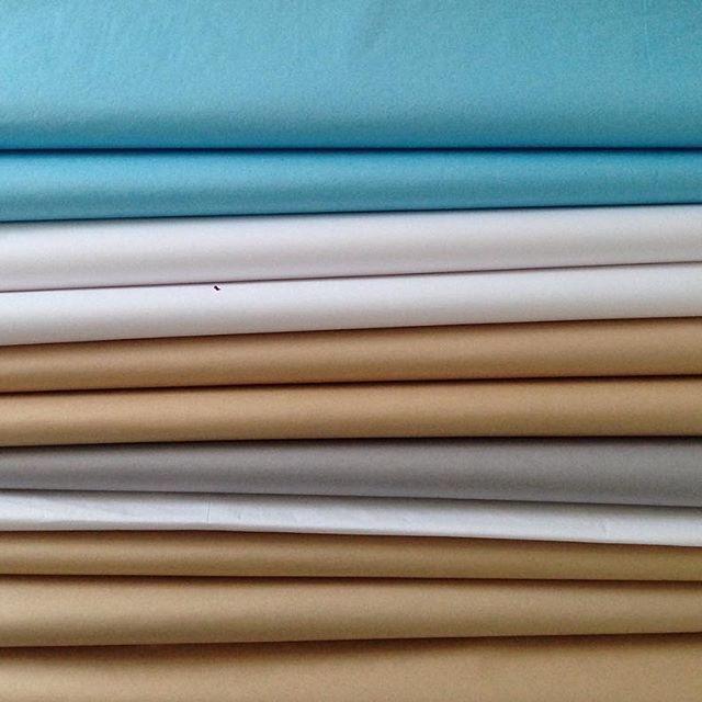 Klientka si vybrala svěží barevnou kombinaci hedvábného papíru pro balení interiérovych doplňků.   Líbí? Nám moc 🍸👏 ⭐️Barvy:   Nebeská modrá, usňová, bílá, světle šedá.   #hedvabnypapir #tissuepaperprague #papir #papirnictvi #rucnivyroba #eco #baleni #darky #zbozi #velkoobchod #studio #dekorace #interier #paper #barvy #leto #colours #prague #praha #events #...