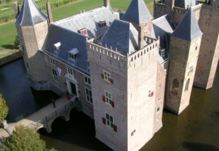 Altijd al eens in een kasteel willen slapen? Slot Assumburg in Heemskerk is een 13e eeuws kasteel met Oranjerie. En je verwacht het misschien niet maar in dit prachtige slot is Stayokay Heemskerk gevestigd. De grootse entree, de mooie zalen en de slotgracht maken dit tot een betoverende locatie. Alsof je in een sprookje bent beland!  #origineelovernachten #reizen #origineel #overnachten #slapen #vakantie #opreis #travel #uniek #bijzonder #slapen #hotel #bedandbreakfast #hostel #kasteel