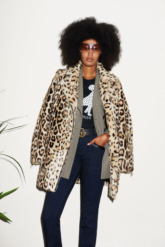Julia Sarr-Jamois en manteau léopard, coupe afro et lunettes de soleil