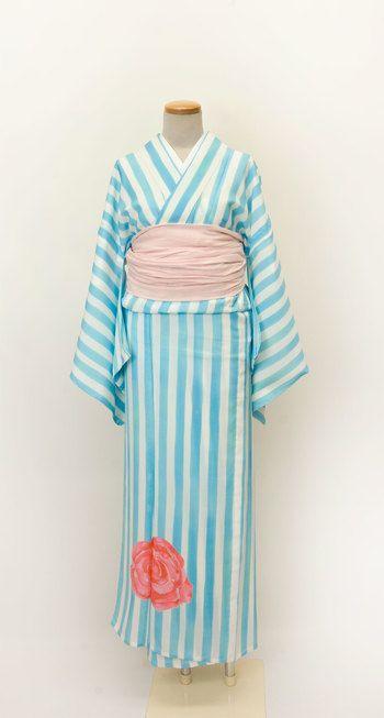 ワンピースのような色使いのストライプ浴衣。兵児帯と裾の大きなバラ柄がカジュアルで大胆なコーデです。