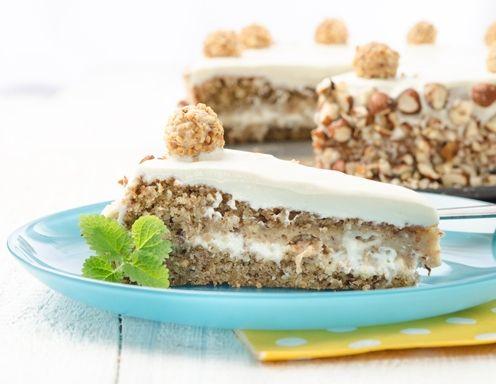 Für die Giotto-Torte zuerst den Teig zubereiten. Butter und Zucker schaumig rühren. Die Eier einzeln dazugeben und so lange rühren, bis die Masse