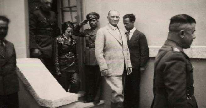 Atatürk Eskişehir'de Tayyare Alayı'nı Denetlerken. (9 Haziran 1936)
