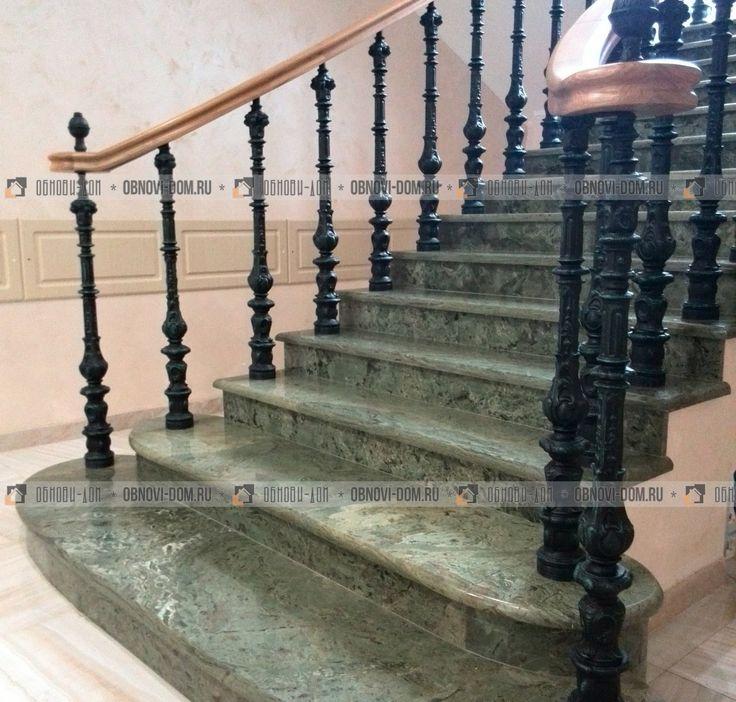 Лестница из гранита зелёного цвета с литыми балясинами и подступенками из тогоже гранита