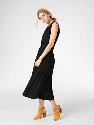 Den här stilrena trikåklänningen har en draperande siluett och en stilsäker rygg som går omlott och framhäver lite hud. Den perfekta klänningen för att hålla trenden på ett otvunget sätt.