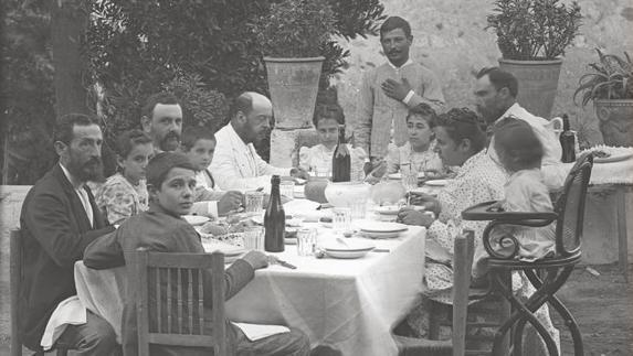 Los veranos juveniles de Picasso en Lagar de Llanes en los Montes de Málaga (1895-1897). Pintaba sobre las tapas de madera de las cajas de puros de los mayores, un paisaje con matorrales, la cocina de la casa principal, la cocina también del capataz. También pinta sobre tela 'Paisaje montañoso', ambientado en los alrededores de la Cueva de la Negra.  La familia Ruiz Picasso acudió al lagar malagueño entre los veranos de 1895 y 1897, primero desde La Coruña y después desde Barcelona.
