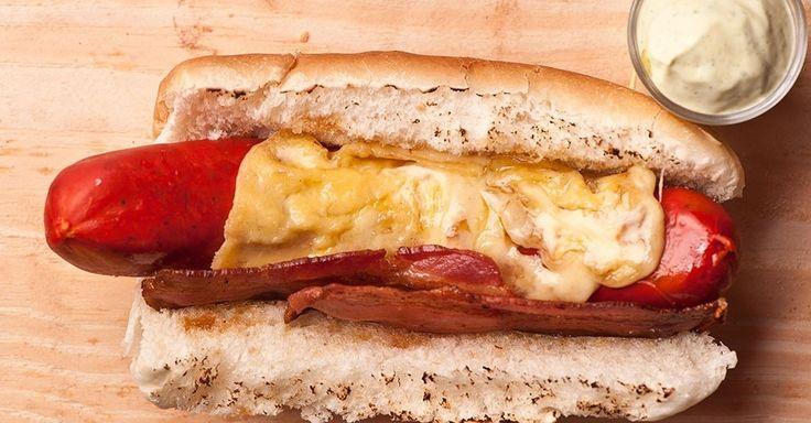 Cachorro quente é um clássico incontestável das lanchonetes - servido com queijo e bacon, então... Clique no MAIS para ver a receita
