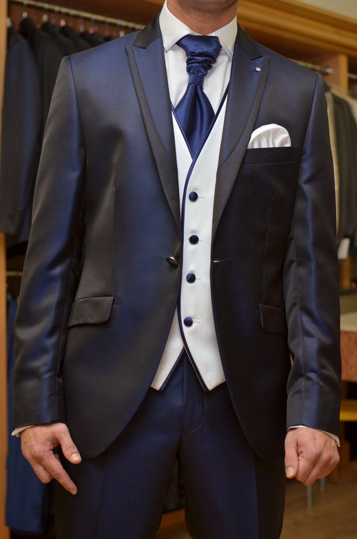 Chaleco novio blanco con vivos, botones y corbatón azul Klein.  www.sastreriacampfaso.es