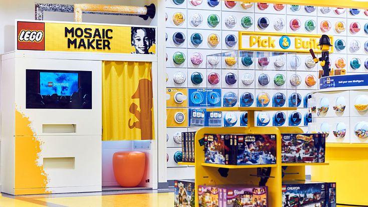 """Zur Intensivierung der Kundenbindung bietet Lego verschiedene exklusive Gimmicks. So können sich die Kunden im """"Mosaik Maker"""" fotografieren lassen, binnen zehn Minuten erfasst die Maschine das Profil und druckt die Bauanleitung für das individuelle Porträt-Mosaik auf der 48x48 cm Grundplatte mit über 4.500 Steinen aus. Kostenpunkt: stolze 99,99 Pfund."""