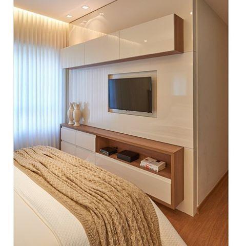 Amei esse painel de tv para quarto pequeno, super lindo e compacto. Além de funcional e não atrapalha a circulação na frente da cama