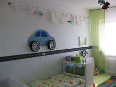 """Ein """"Auto"""" zimmer. Oben eine kleine """"Galerie"""", an der der Sohn seine aktuellen Werke aufhängen kann. Ist eigentlich ein Seil-Gardinen-System."""