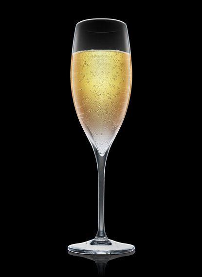 Absolut Celebration - Adicionar Absolut Vodka e xarope de mirtilo em uma taça de champanhe resfriada. Completar com champanhe. 2 Partes de Absolut Vodka, 1 Parte de Xarope de mirtilo, Champanhe