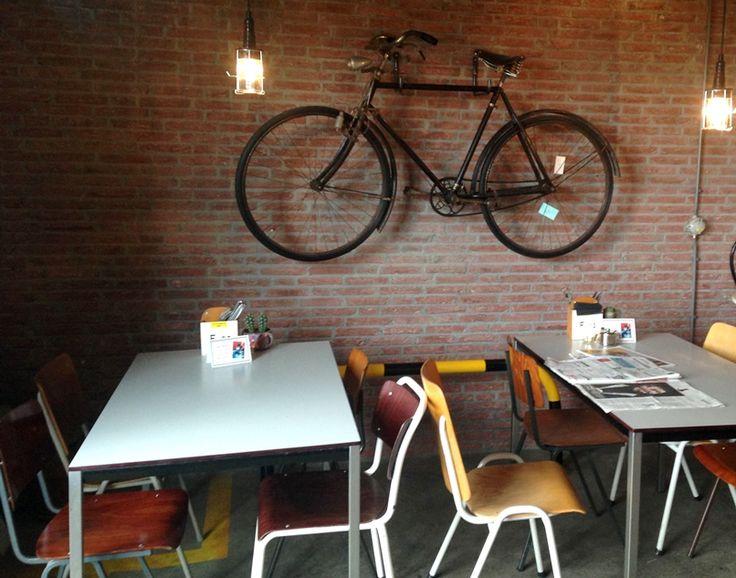First Things First is een koffiebar op het hippe Honig Complex in Nijmegen en is gevestigd in een koffiebranderij. Dit staat natuurlijk garant voor heerlijke, superverse koffie!