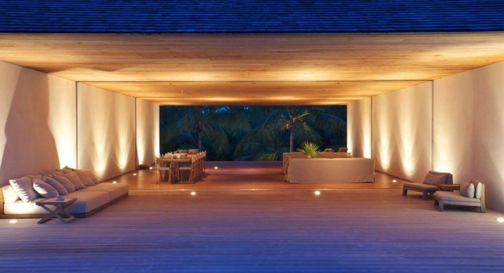"""Λίγα μέτρα από την παραλία, το minimal """"House on a Dune"""" στο Harbour Island στις εξωτικές Μπαχάμες, έχει σχεδιαστεί για να συνδέει τους ιδιοκτήτες του με τη φύση, προσφέροντας την απόλυτη χαλάρωση των διακοπών. Το design ανήκει στο αρχιτεκτονικό γραφείο Chad Oppenheim, γνωστό για τις καθαρές μίνιμαλ γραμμές του. Όπως είναι λογικό το ξύλο κυριαρχεί στην διακόσμηση και κατασκευή."""
