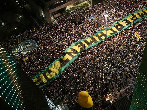 ... NÃO HAVERÁ TRÉGUA CONTRA DILMA.  Manifestantes estendem faixa pelo impeachment de Dilma na Avenida Paulista