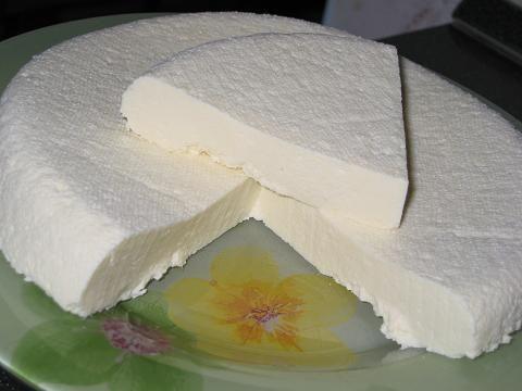 ДОМАШНИЙ СЫР-БРЫНЗА 2 литра пастеризованного молока(читайте на упаковке,это важно!), или лучше настоящего молока 400 граммов сметаны(я брала 15-ти процентную) 6 шт. яиц 2-3 ч. ложки соли Молоко,сметана и яйца должны быть очень свежие,и хорошего качества,берите ту фирму в которой вы уверены.