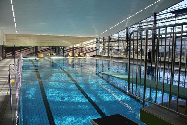 Das seit Anfang 2015 generalsanierte Rodenkirchenbad ist ein Teilgruppenbad und bietet ganzjähriges Badevergnügen vor allem für Schüler und Vereinsmitglieder. Sportschwimmer fühlen sich hier zu den öffentlichen Schwimmzeiten genauso wohl wie Familien. Ein Sprungturm mit 1-Meter-Brett und 3-Meter-Plattform lädt zum Springen ein. Besonderes Angebot: Freitags ist Warmbadetag.  25-m-Sportbecken mit Massagedüsen Sprungturm mit 1-m-Sprungbrett und 3-m-Plattform Lehrschwimmbecken mit neuem…