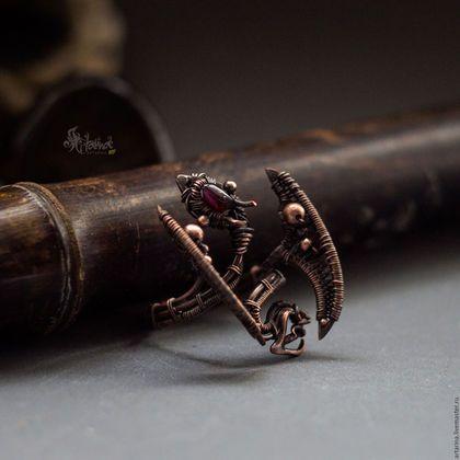 Купить или заказать Drakkaris - кольцо с драконом / wire wrap в интернет-магазине на Ярмарке Мастеров. Медный винтажный дракон на палец, выполненный в технике плетения из проволоки wire wrap. Создано по мотивам Игры Престолов. В работе использованы высокотемпературная пайка, ковка, плетение. Патинирован (состарен), отполирован, покрыт защитным лаком от потемнения и окисления. В мордочке вставка из маленького граната. Кольцо безразмерное, всегда можно сделать чуть шире или уже самостоятельно…