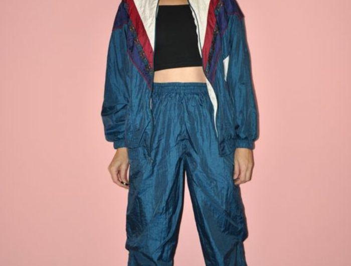 80er Windbreak-Jacke für Frauen in Blau, Sportoutfit in Blau, schwarzes Oberteil, große Sonnenbrille