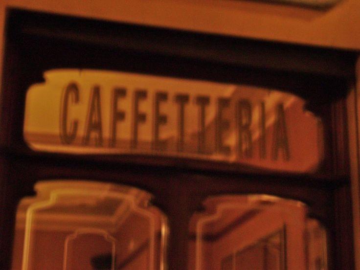 Evening time: a good moment to go for a drink in the historical Caffé Poliziano La sera: un buon momento per andare a bere qualcosa negli storici locali del Caffé Poliziano Dans la soirée: un bon moment pour aller boir un verre au Caffé historique Poliziano