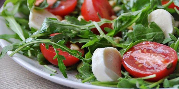 Салат из моцареллы с томатами и руколлой
