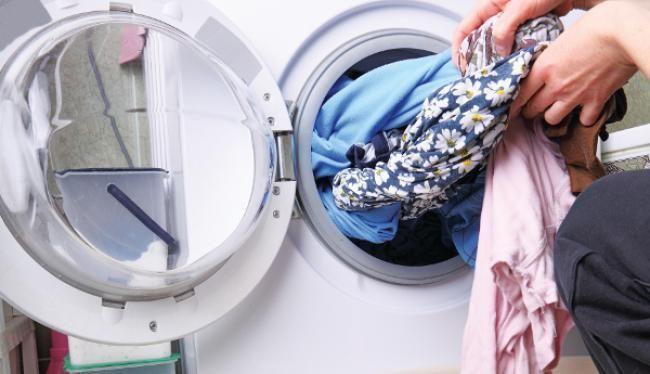 Δεν είναι τόσο τραγικό τελικά αν κάτι ξεβάψει στην πλύση        Δεν υπάρχει νοικοκυρά που να μην εχει βγάλει μπουγάδα σε αποχρώσεις του ροζ του μπλε και δε συμμαζεύεται.  Ξέχασες να βάλεις χρωμοπαγίδα,μια κάλτσα κρύφτηκεμέσα στην πετσέτα ή