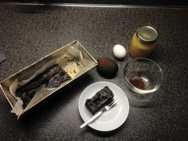 Tja... Ik geef het toe... Ik heb ook zo mijn momenten dat ik ontzettend veel zin heb in chocolade! Maar hoe Doe je dat nu als je graag minder (geraffineerde) suikers binnen wil krijgen en toch wilt genieten van de smaak van chocolade? Hieronder de oplossing: zelfgemaakte brownies!  Het enige wat je nodig hebt zijn: eieren, cacaopoeder, avocado, pure(streek) honing, pure chocolade 85% en een beetje bakpoeder. (Evt een paar fijngehakte walnoten) That's all!  En... Het smaak heerlijk…