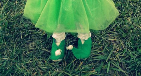easy felt DIY elf shoes for Christmas! I'm seeing these with red & white striped tights, yes?!