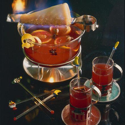 Feuerzangenbowle  Zutaten Für   6  Personen 1   unbehandelte Orange und Zitrone   2 l   Rotwein   500 ml   Orangensaft   1   Stange Zimt   6   Gewürznelken   4   Sternanis   1   Zuckerhut   1 (0,35 l)  kleine Flasche Rum (54 Vol.%)