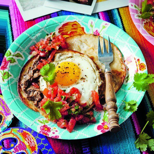 Tortilla med frästa bönor, ägg och tomatsalsa med koriander
