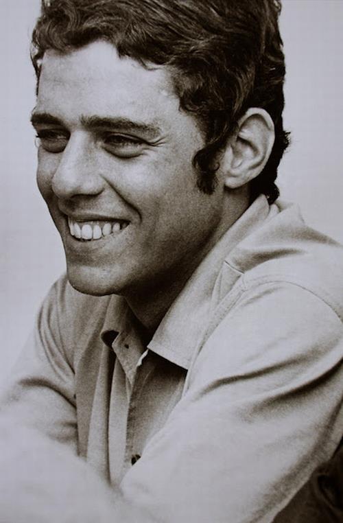 Chico Buarque de Holanda - é um músico, dramaturgo e escritor brasileiro. É conhecido por ser um dos maiores nomes da MPB. Sua discografia conta com aproximadamente oitenta discos, entre eles discos-solo, em parceira com outros músicos e compactos.