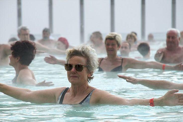 Ejercicios aeróbicos acuáticos en piscina. Ejercitarse en una piscina proporciona un entrenamiento cardiovascular que es beneficioso para las articulaciones y músculos. La flotabilidad proporcionada por el agua hace el ejercicio permanente más fácil en las articulaciones de las caderas y las ...