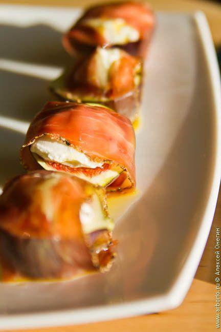 Новое прочтение классического средиземноморского сочетания: спелый инжир с сыровяленой ветчиной и мягким козьим сыром - быстро и вкусно.
