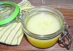 Apprenez à préparer votre propre Vicks VapoRub chez vous Recette N° 1 de Vicks VapoRub maison Les ingrédients nécessaires sont : 100 ml d'huile de coco (cela peut aussi être de l'huile d'amande ou d'olive) 20 gouttes d'huile essentielle d'eucalyptus 10 gouttes d'huile essentielle de romarin 20 gouttes d'huile essentielle de menthe 200 grammes de beurre de cacao