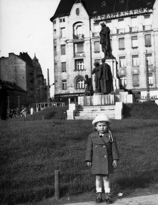 Móricz Zsigmond (Horthy Miklós) körtér, Szent Imre szobor (Kisfaludy Strobl Zsigmond).