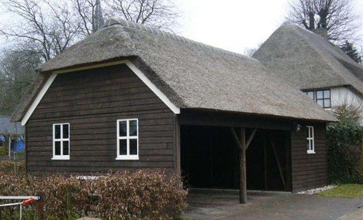 NOSTALGISCHE GARAGE MET RIETEN KAP - Schipper Houtbouw - houten woningen, schuren, tuinhuizen, blokhutten, paardenstallen, garages, tuinhout