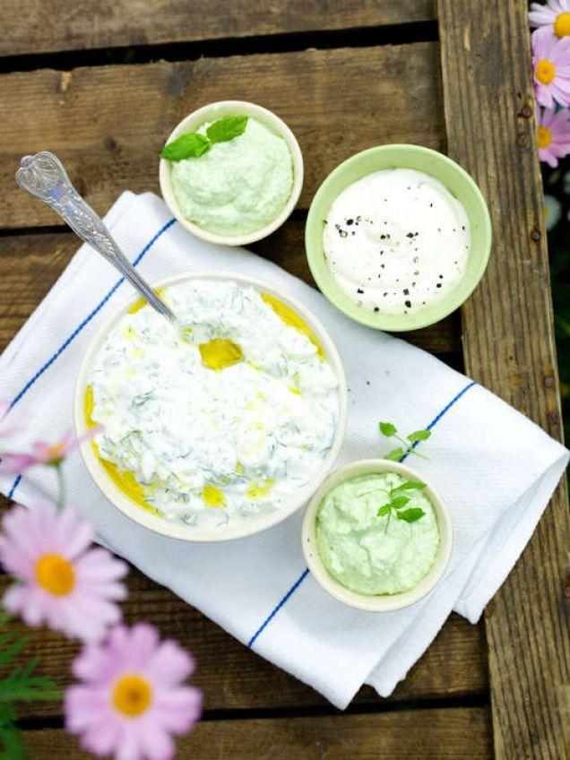 Äpple med riven vitlök, dill och yoghurt blir en supergod röra!