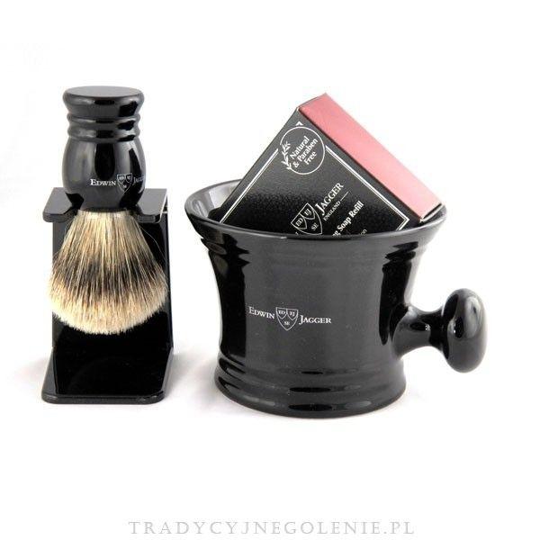 Luksusowy zestaw upomnkowy Edwin Jagger w eleganckim firmowym kartonowym pudełeczku prezentowym Edwin Jagger. Zestaw zawiera luksusowy ręcznie robiony pędzel klasy super badger   stojaczek, porcelanowy czarny kubek z oryginalnym uchwytem oraz mydło sandałowe 65g.