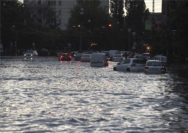 A fővárosra is lecsapó vihar, a lezúduló nagy mennyiségű csapadék a város számos pontján okozott gondot, a II. és a III. kerületben is több utcát és utat elöntött a víz. MTI Fotó: Bruzák Noémi - PROAKTIVdirekt Életmód magazin és hírek - proaktivdirekt.com