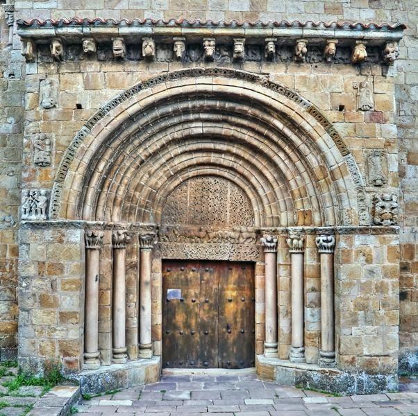 Portada de la Colegiata de San Pedro de Cervatos - Cervatos, municipio de Campoo de Enmedio, Cantabria