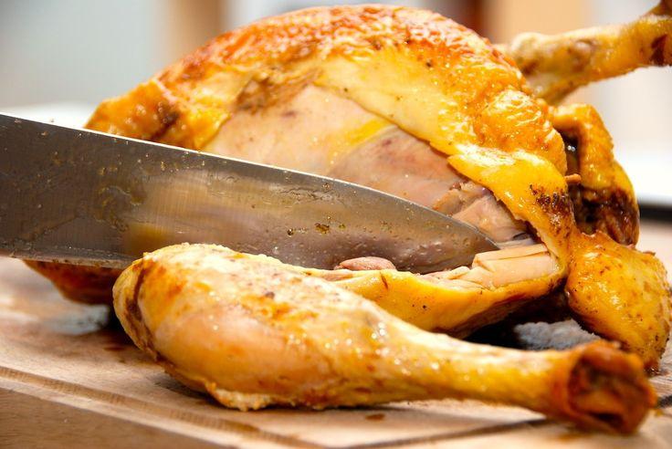 Den perfekte metode til stegning af kylling i ovn. Først ovnsteges kyllingen ved høj varme, og derefter steger den færdige ved 175 grader. Til kylling i ovn skal du bruge (til fire personer): 1 øko…