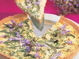 Salbeiblüten-Schafskäse-Quiche