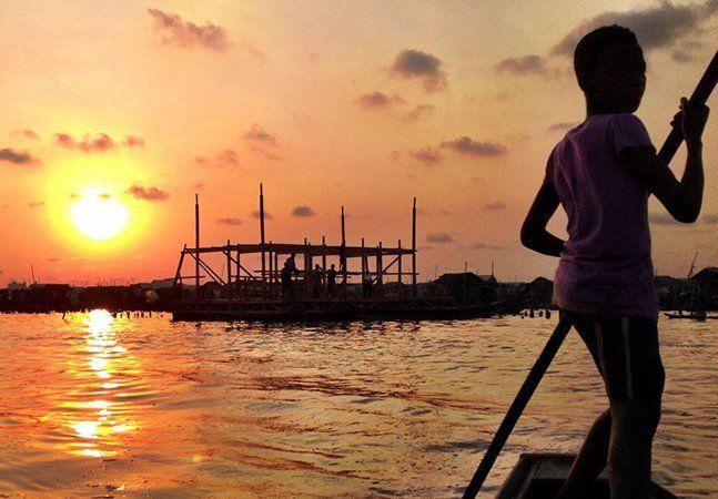 Para lidar com o problema de constantes inundações na região de Makoko, na Nigéria, o arquiteto Kunie Adeyemi, da NLE, projetou escolas sustentáveis e flutuantes que podem abrigar até 100 crianças cada uma e que funcionam independentemente de fenômenos naturais. A estrutura, que tem 10 metros de altura e três andares, é construída sobre uma base de 32 metros quadrados, que flutua em 256 tambores reaproveitados. Toda em madeira reutilizada, a escola conta com playground, área de lazer, salas…