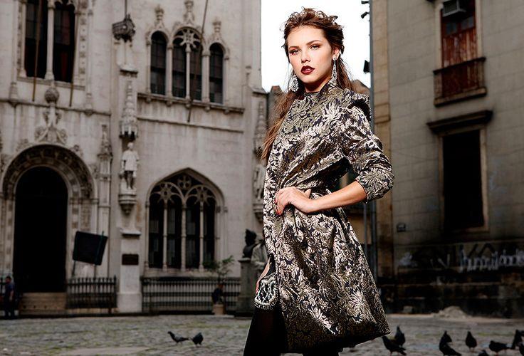Texturas, brocados e estampas tipo tapeçaria são algumas das características do barroco, que já se destacou em desfiles de grifes como Gucci, Dolce & Gabbana, Versace e Roberto Cavalli.. Galeria com 12 fotos em Moda.