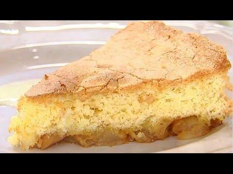 Вы никак не можете подобрать подходящий рецепт «Шарлотки»? Пирог постоянно получается плоским и не слишком аппетитным. Яблоки внутри не пропекаются, а тесто вокруг них остаётся сырым?  ИНГРЕДИЕНТЫ: - яблоки - 4 шт.; - мука пшеничная - 200 г.; - яйцо - 4 шт.; - сахар - 150 г.; - масло сливочное - 80 г.; - мёд - 20 г.; - стручок ванили - 1 шт.