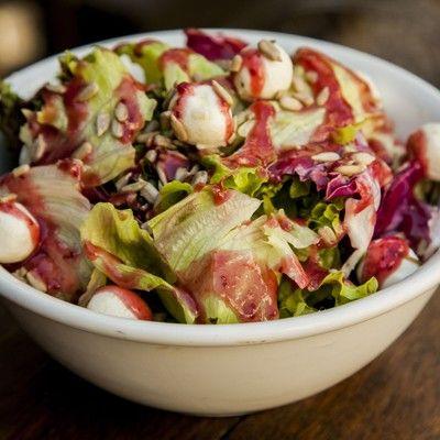 Salada de folhas com vinagrete de framboesa e bolinhas de chevré