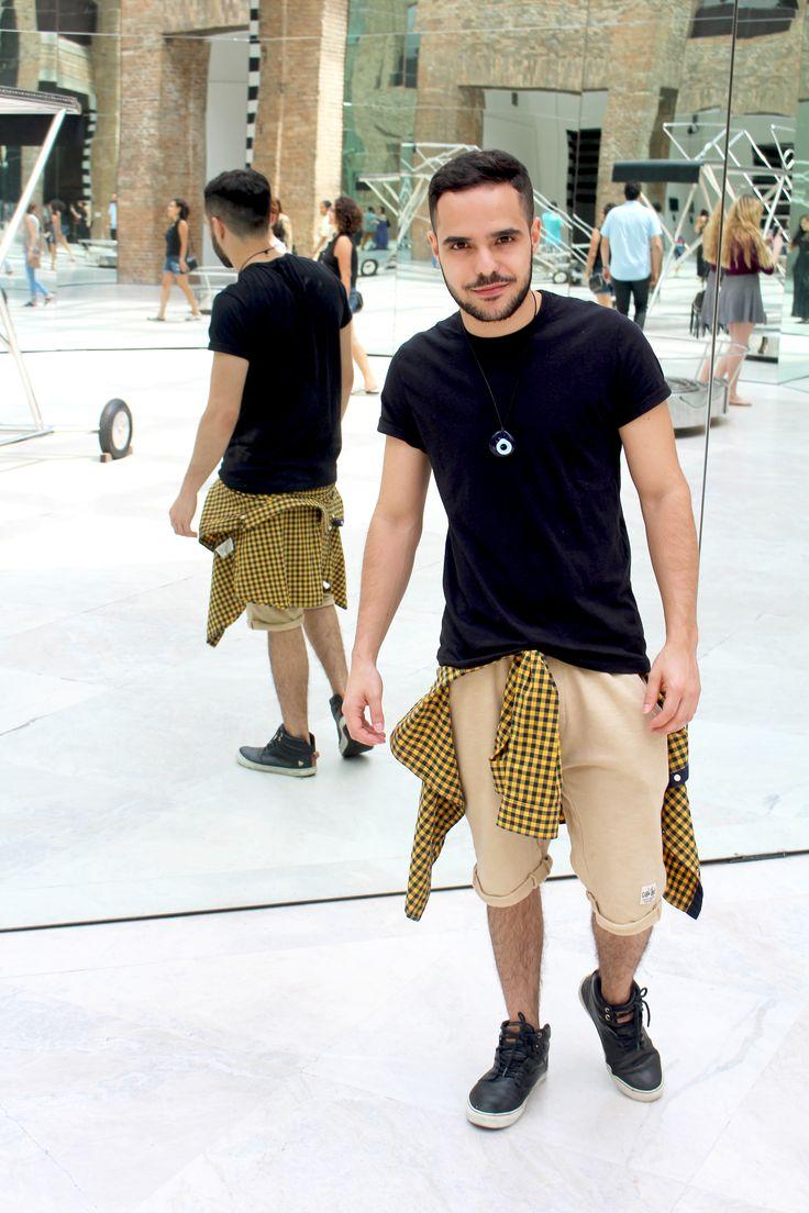 Look masculino: Camiseta preta Hering, Bermuda bege Zara Kids, Camisa xadrez H&M, Tenis preto Cavalera.