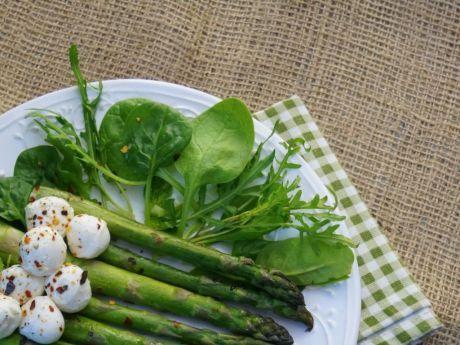 Wiosenna sałatka z mozzarellą i szparagami. Możesz ją podawać na ciepło lub zimno. Zobacz!