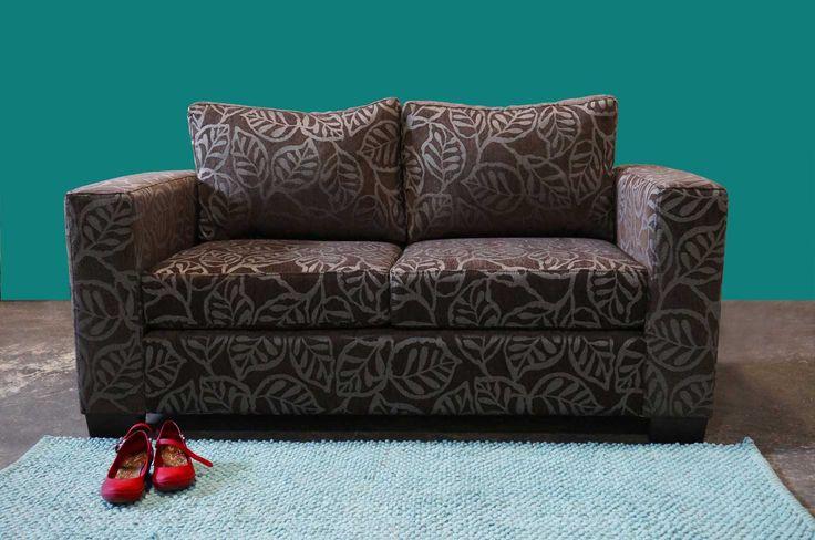 Sofá 2 cuerpos en tela texturada diseño hojas. Densidad 21. Dimensiones 163 largo  88 cms de profundidad. http://livingstore.cl/producto/sofa-monaco-2-cuerpos-tela-hojas-d21/